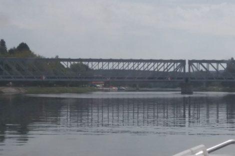 Historický most v Týně má podjezdnou výšku pouhé tři metry. Autor: Zdopravy.cz