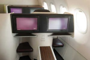 Qatar Airways, A320, interiér třídy Business, infosystém, foto: Zdopravy.cz/Josef Petrák