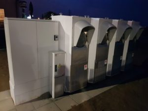 Superchargery společnosti Tesla na nové dobíjecí stanici u Vestce u Prahy. Foto: Asociace pro elektromobilitu