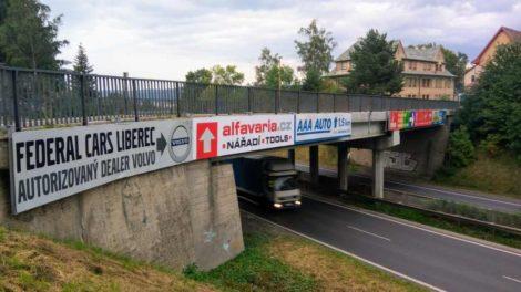 Reklamy na mostech nad silnicemi I. třídy dál zůstávají i přes zákaz. Snímek z 8.9. 2017 z Liberce, kde most patřící městu kříží silnice I/35. Foto: Jan Sůra