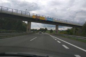 Reklama na železničním mostě přes dálnici D10 u Ohrazenic u Turnova. Foto: Jan Sůra