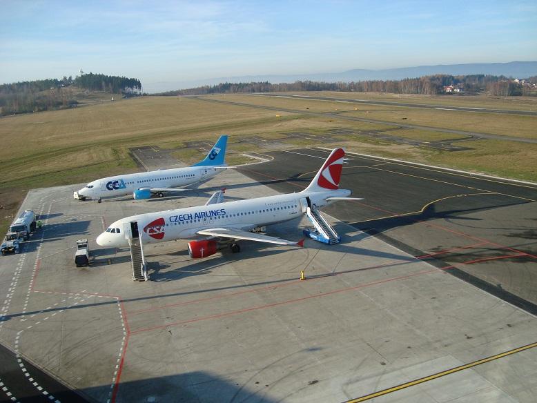 Už historický snímek karlovarského letiště, kde vedle sebe stály letadla již zkrachovalých Central Connect Airlines a ČSA. Foto: Letiště Karlovy Vary