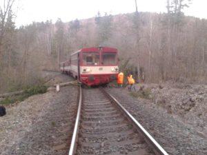 Vichřice znamenají pro českou železnici především problém s popadanými stromy, do některých mohou některé vlaky narazit. Snímek z roku 2015 a nehody u Brantic. Foto: Drážní inspekce