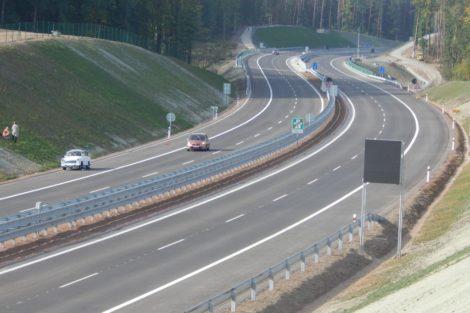 Vpravo na Prahu, vlevo na Budějovice. Úsek D3 kolem Úsilného. Autor: Zdopravy.cz/Jan Šindelář