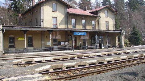 Budova nádraží v Jedlové. Foto: Autor: Mirek256 – Vlastní dílo, CC BY-SA 3.0, https://commons.wikimedia.org/w/index.php?curid=1028446