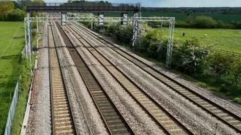 V řadě zemí jsou na hlavních koridorech 4 koleje běžné. Snímek z britské West Coast Line, která spojuje Londýn s Glasgow. Foto: Wikimedia Commons