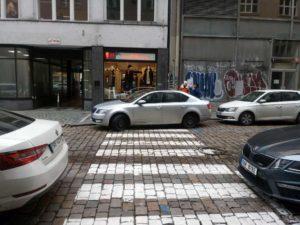 Způsoby parkování v pražských ulicích. Foto: Petr Horský