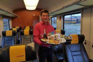 Palubní servis ve žlutých vlacích. Foto: RegioJet
