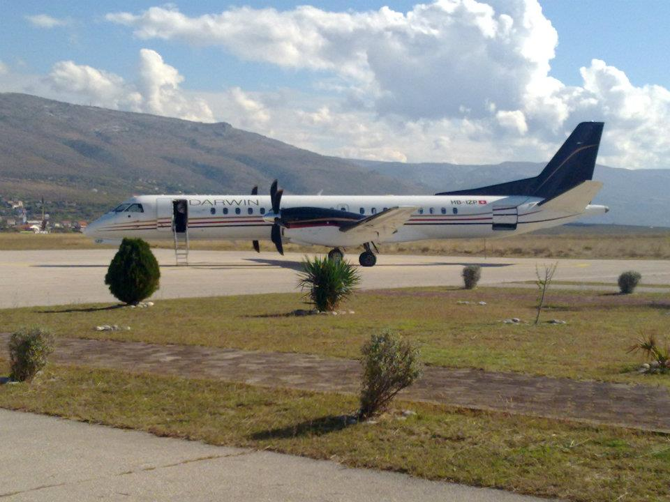 Saab 2000 společnosti Darwin Airline na letišti v Mostaru. Foto: Mostar Airport