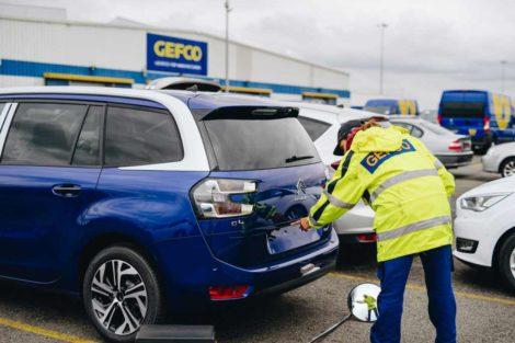 Kontrola stavu zaparkovaných vozů. Foto: Gefco
