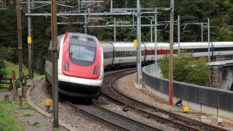 Jednotka RABDe 500, označovaná jako ICN, při průjezdu Gotthardskou dráhou. Foto: Jan Sůra