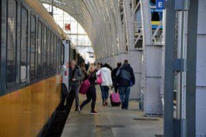 Cestující na pražském hlavním nádraží. Foto: Jan Sůra