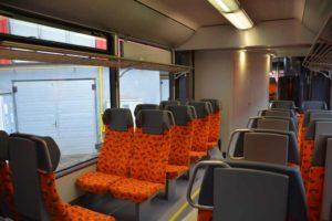 Sedačky ve vlaku jsou z produkce společnosti Borcard, jsou sklápěcí a polohovatelné. Foto: CZ Loko