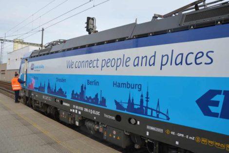 Lokomotiva Siemens Vectron v polepu Českých drah veze siluety čtyř měst na trase Praha - Hamburg. Foto: Jan Sůra