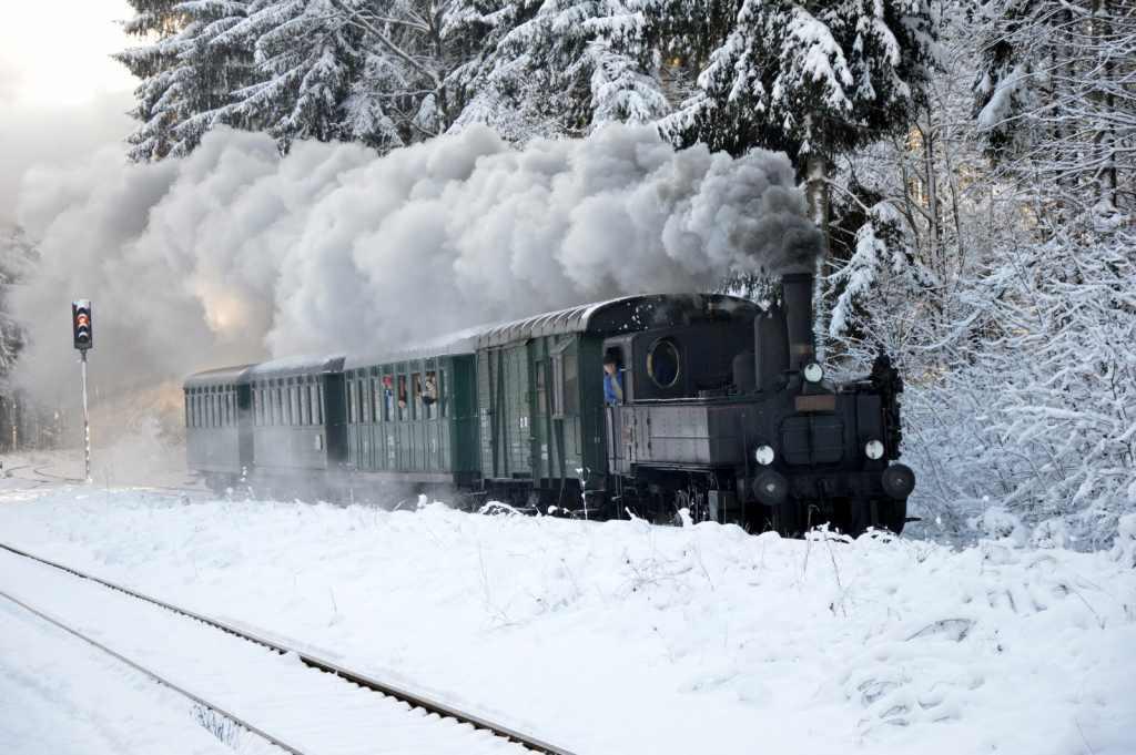 Lokomotiva 310.0134 v prosinci 2012 ve stanici Karlov pod Ještědem. Foto: Jan Sůra