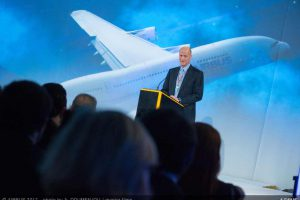 Šéf Airbusu Tom Enders při předávání nového letadla A380 společnosti Singapore Airlines. Foto: Airbus