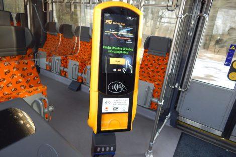 Automat na jízdenky ve vlaku GW TTrain Regio. Autor: Zdopravy.cz/Jan Šindelář