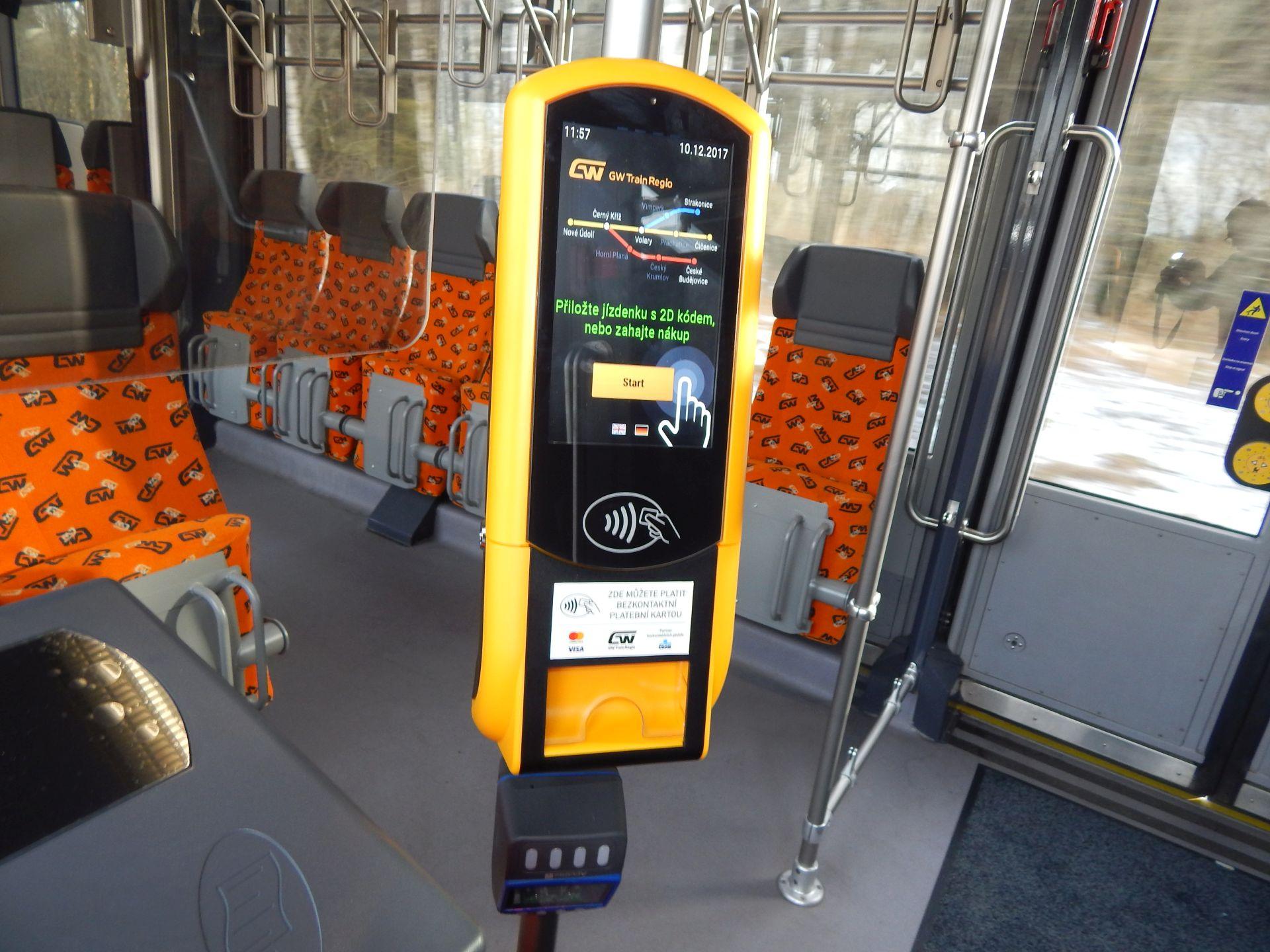 Automat na jízdenky ve vlaku GW Train Regio. Autor: Zdopravy.cz/Jan Šindelář