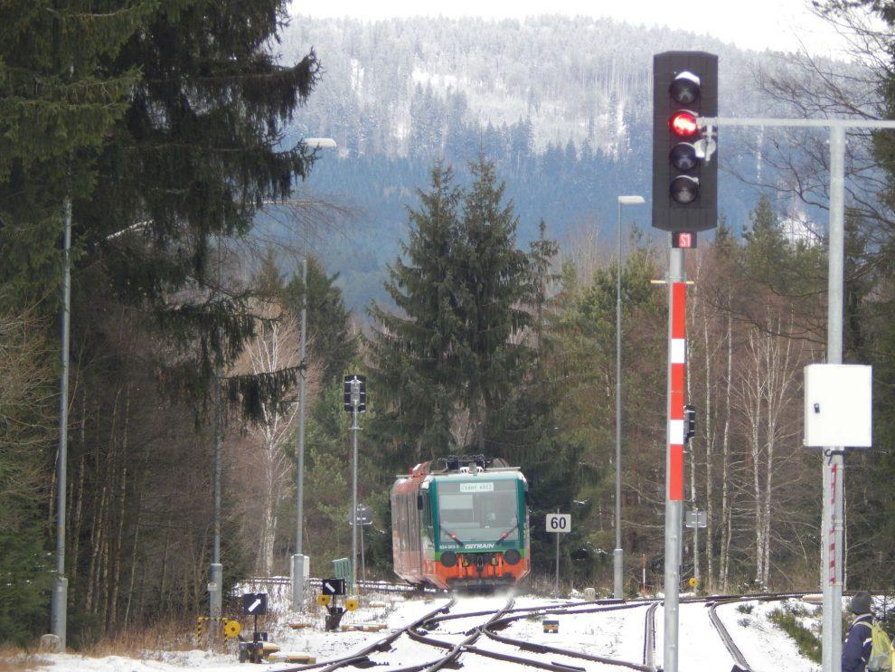 Vlak GW Trainu odjíždí z Černého Kříže do Volar. Autor: Zdopravy.cz/Jan Šindelář