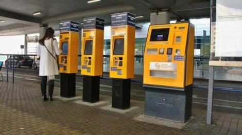 Jízdenkové automaty na Letišti Václava Havla. Foto: Ropid