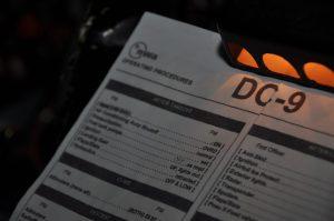 Originální check-listy pilotů k letadlu DC-9 společnosti Northwest Airlines. Foto: realsim.cz