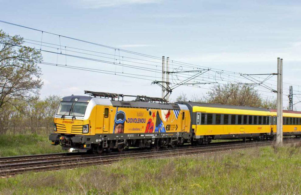 Vlak Regiojetu v čele s lokomotivou Siemens Vectron. Foto: Regiojet