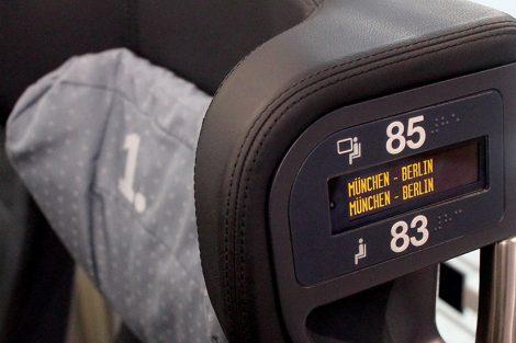 Znamenitě vyřešená indikace obsazení sedadel (rezervací) v 1. třídě soupravy ICE 3. Foto: David Krásenský