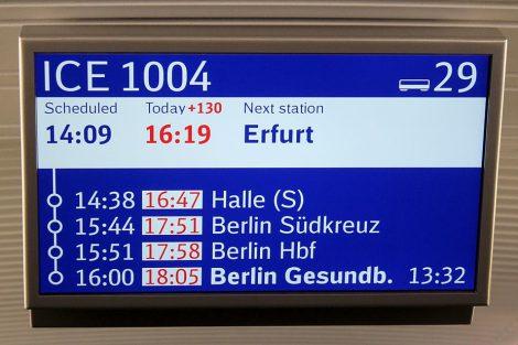 Potíže začínají - odhadované 150minutové zpoždění na obrazovce v soupravě. Foto: David Krásenský