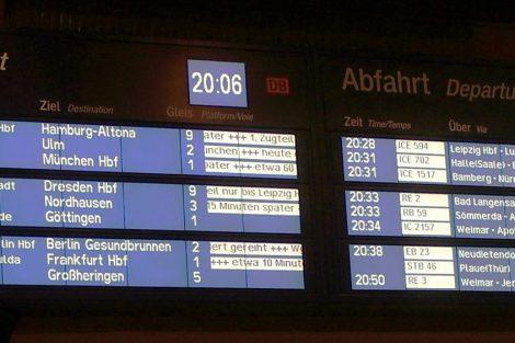 """Odjezdový """"pragotron"""" Erfurt Hbf. s vlaky odjíždějícími zhruba během jedné hodiny – je zde asi desítka(!) zpožděných vlaků kategorie ICE, přičemž zpoždění ve formě """"běžícího textu"""" lze jen těžko vnímat. Foto: David Krásenský"""