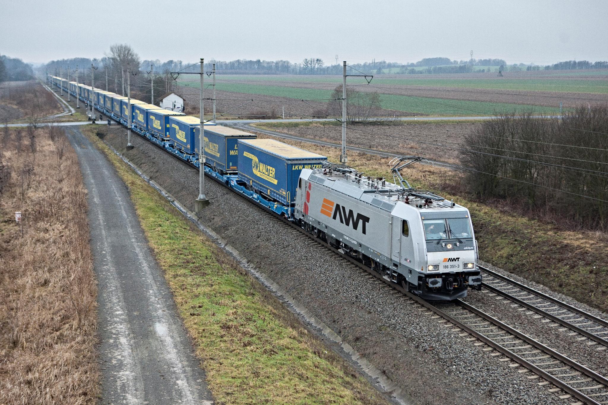 Nákladní vlak společnosti AWT s návěsy LKW Walter mezi terminály Herne a Paskov u Hladkých Životic. Foto: Tomáš Kuchta.