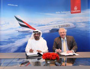 Podpis nové objednávky na A380. Za Emirates šéf aerolinek šejk Sheikh Ahmed bin Saeed Al Maktoum, za Airbus končící obchodní ředitel John Leahy. Foto: Emirates