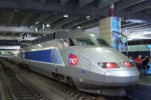 TGV Atlantique na nádraží Montparnasse. Foto: By SeeSchloss (Own work) [CC BY-SA 2.5 (https://creativecommons.org/licenses/by-sa/2.5)], via Wikimedia Commons