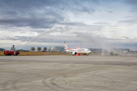 Vodní slavobrána pro nový 737 MAX 8 pro příletu v Praze. Foto: Letiště Praha