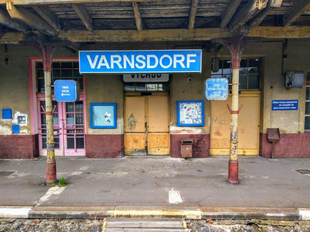 Výpravní budova nádraží ve Varnsdorfu je pro cestující uzavřená. Foto: Jan Sůra