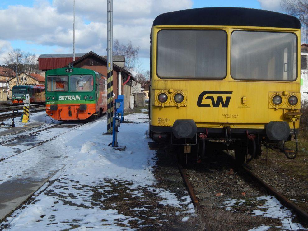 Motoráky GW Trainu ve Volarech. V popředí dvě 810, třetí vzadu Regio Sprinter (654). Autor: Zdopravy.cz/Jan Šindelář
