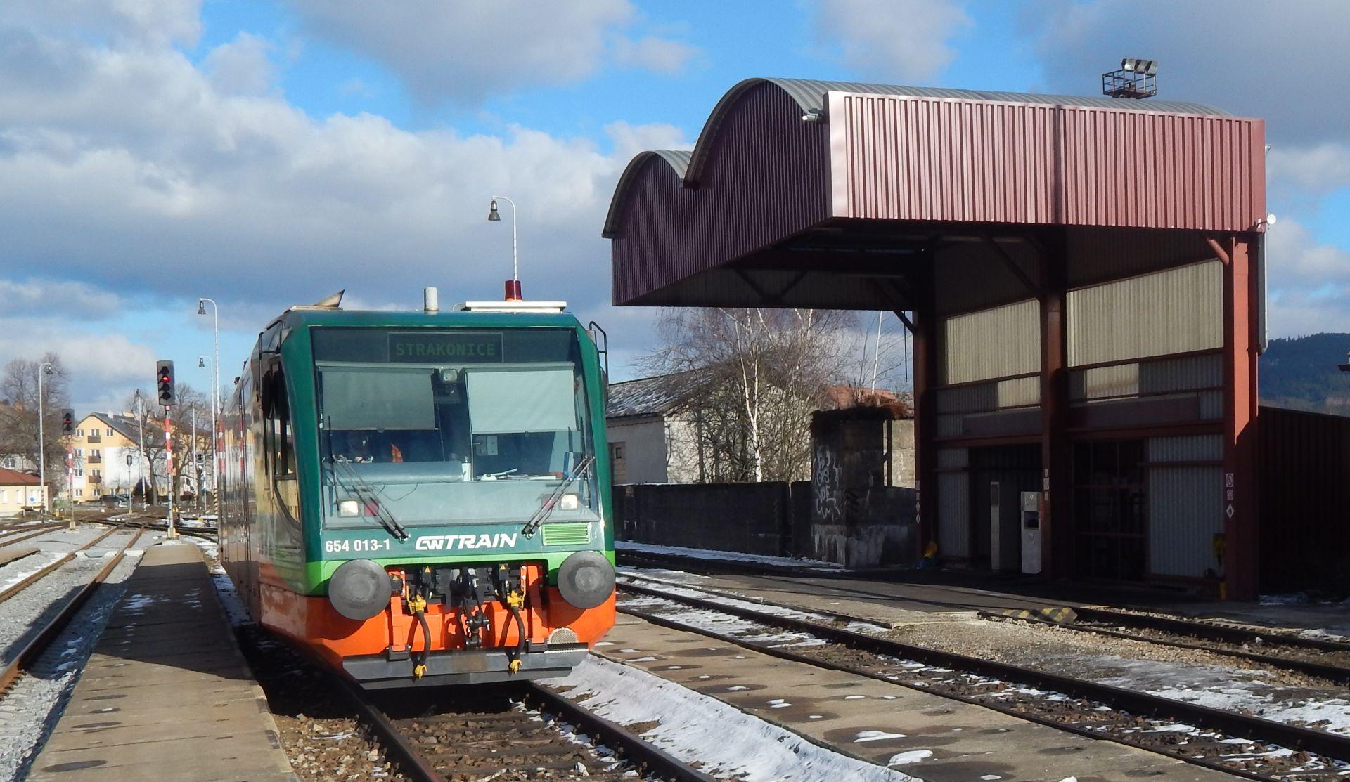 Regio Sprinter GW Trainu a čerpací stanice ve Volarech. Autor: Zdopravy.cz/Jan Šindelář