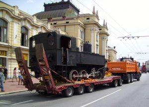 Sejmutí lokomotivy 310.076 (Kafemlejnek) z železničního pomníku před nádražím v Českých Budějovicích. Autor: Zdopravy.cz/Jan Šindelář