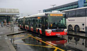 Autobus DPP na Letišti Václava Havla. Foto: Jan Sůra