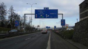 Silnice I/35 v Liberci, vpravo omezení odbočovacího pruhu na silnici I/14. Foto: Jan Sůra