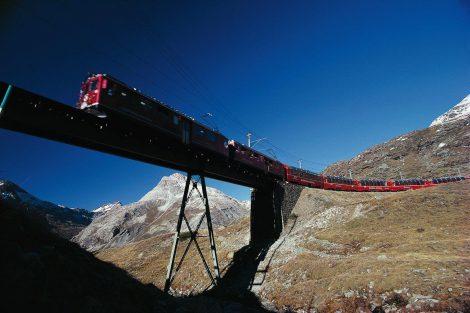 Bernina Express při cestě kolem průsmyku Bernina. Foto: Rhätische Bahn