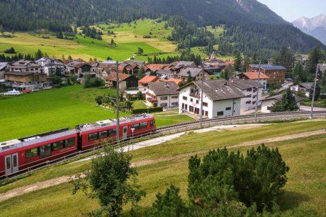 Vlak na Albulabahn v obci Bergün. Foto: Jan Sůra