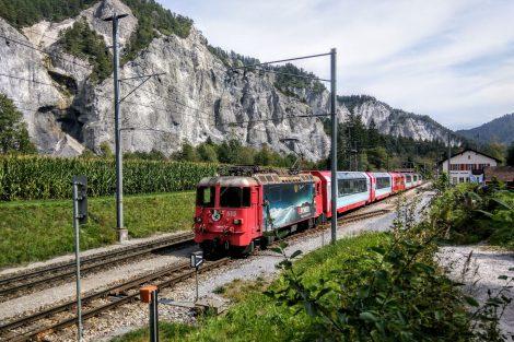Glacier Express na výjezdu ze stanice Versam-Safien. Foto: Jan Sůra