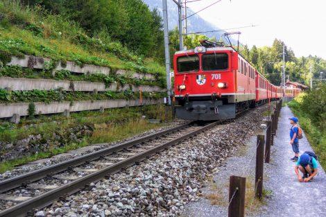 Vlak v údolí Rýna s pěší stezkou hned podél trati. Foto: Jan Sůra