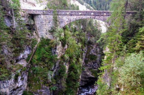 Silniční most u stanice Wiesen přes řeku Landwasser. Foto: Jan Sůra
