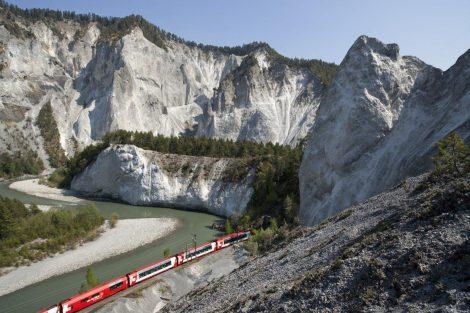 Jízda Glacier Express Rýnskou soutěskou. Foto: Rhätische Bahn