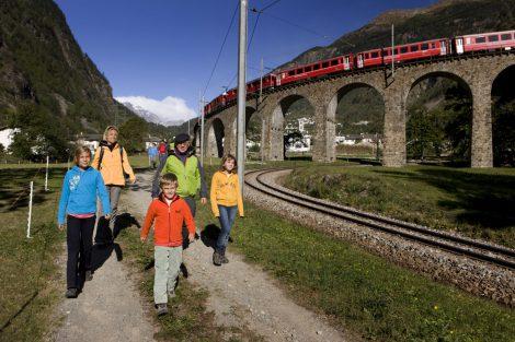 Pěší stezka kolem viaduktu v Brusiu. Foto: Rhätische Bahn