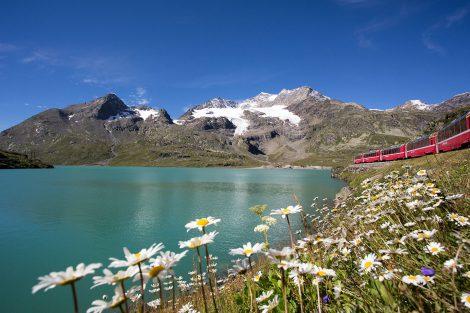 Trasa Berninabahn kolem ledovcových jezer. Foto: Rhätische Bahn