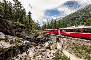 Bernina Express na trase mezi Svatým Mořicem a Alp Grüm. Foto: Rhätische Bahn