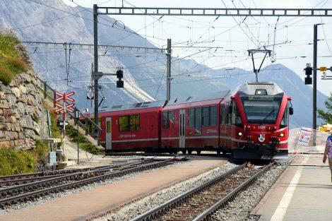 Osobní vlak z Tirana přijíždí do stanice Alp Grüm. Foto: Jan Sůra