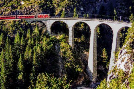 Osobní vlak z Churu vjíždí na Landwasserviadukt. Foto: Jan Sůra